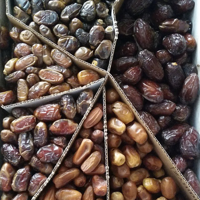 Doesn't get sweeter than this! 15 pounds of natures candy delivered to my door from 7 Hot Dates. They are a sampler of several varieties of #organic super fresh dates for $80. That's basically $5.30 a pound and free shipping, doesn't get better than that! To order online go to www.7hotdates.com  and in case you're wondering you can store dates in the freezer too, they don't really freeze.  Ho ordinato 6.5 kg dateri freschi e biologico da www.7hotdates.com e un modo di risparmiare e sono il migliore che ho mai assagiato!